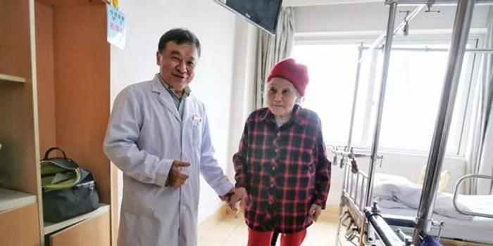"""112歲老太手術后3天下地 還順手平了""""世界紀錄"""""""