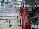 女子迟到登机被拒 大闹机场辱骂工作人员(图)