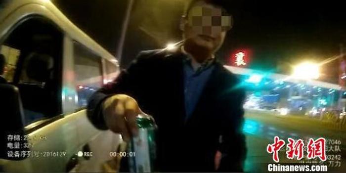 男子高速上邊開車邊喝酒 遇檢查主動遞上半罐啤酒