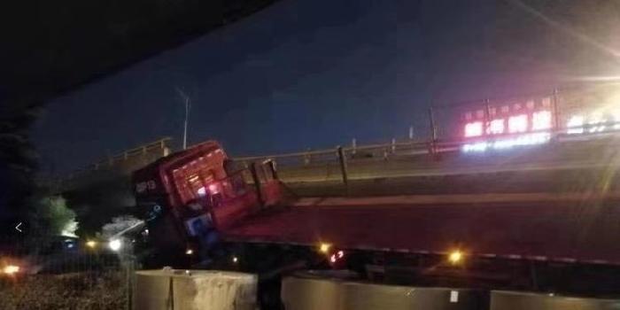 無錫塌橋現場疑現28噸重鋼卷 事發時貨車嚴重超載