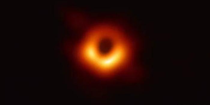 """人類史上黑洞""""真容""""公布 質量約為太陽的65億倍"""