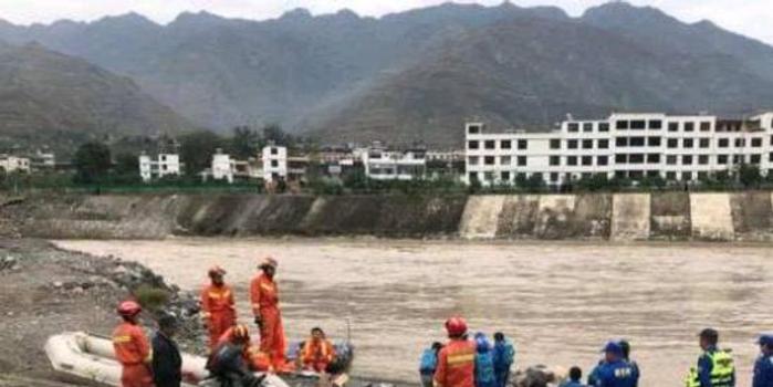 甘肅一扶貧干部與4名記者下鄉車輛墜江 5人均遇難