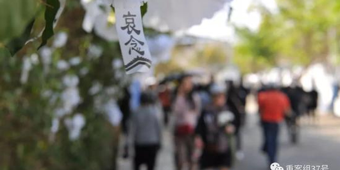 無人應答的救火隊 西昌市民自發做花圈悼念英雄