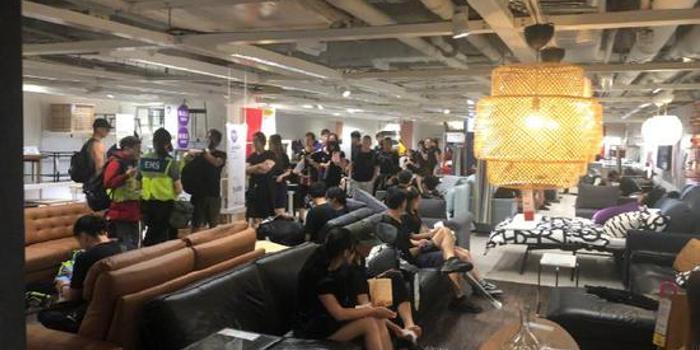 qilecai_香港家居店被黑衣人占據 有人被淋濕直接坐家具上
