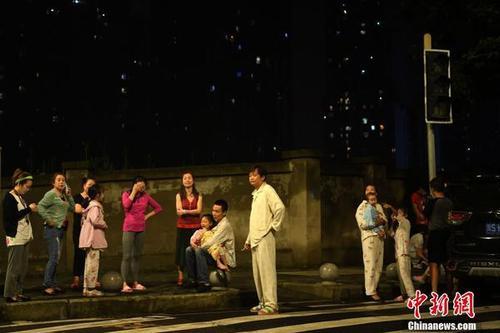 宜宾地动 重庆震感强烈平易近众室外避险