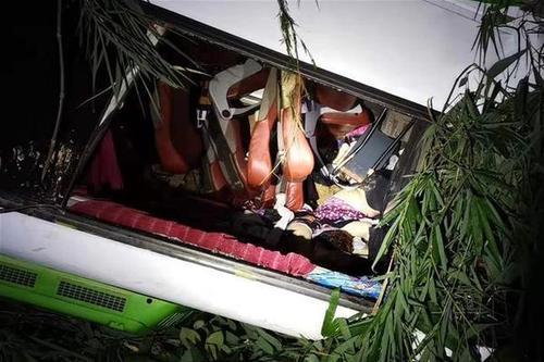 中国旅游团在老挝遭受车祸多人伤亡