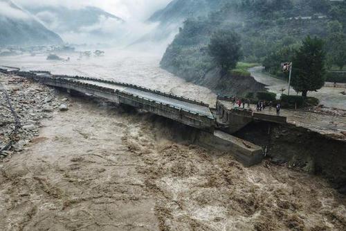 汶川暴雨后 房屋被冲倒