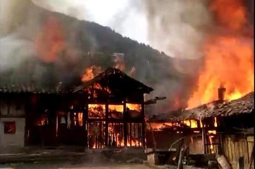 四川达州3座300年历史中国传统大院烧成灰烬