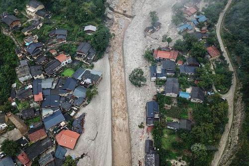 航拍都汶高速绵虒服务区灾情 房屋垮塌