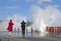 山东烟台沿海出现大风天气 海滨现惊涛拍岸画面