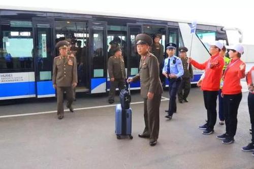 朝鲜代表团着军装入境中国 参加军运会
