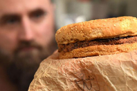 男子保存汉堡25年 一点没发霉