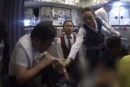 大夫回想飞机上为病人跪地吸尿:实属无奈 也是本能、本职请求