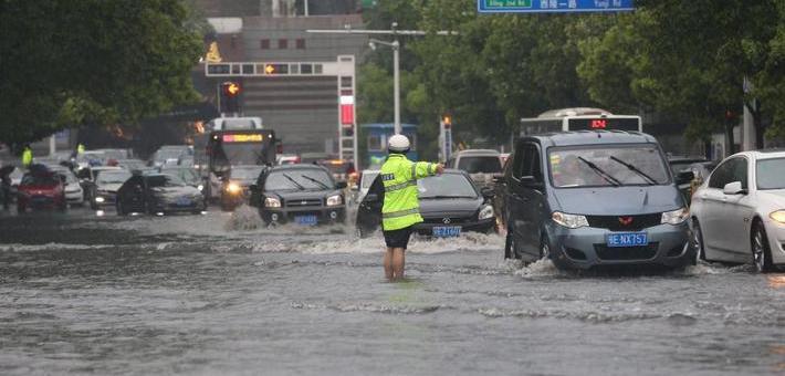 宜昌暴雨致内涝 消防疏散千余人