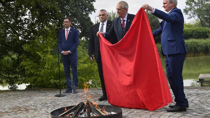 政面:捷克总统烧红内裤辱记者