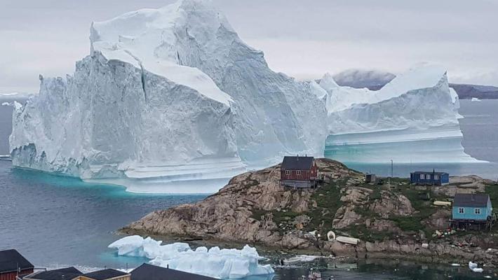 巨型冰山漂到小镇边 恐引海啸