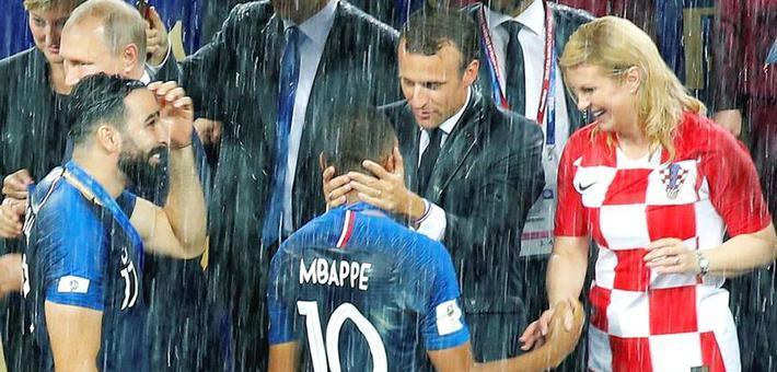 马克龙雨中拥抱新星姆巴佩
