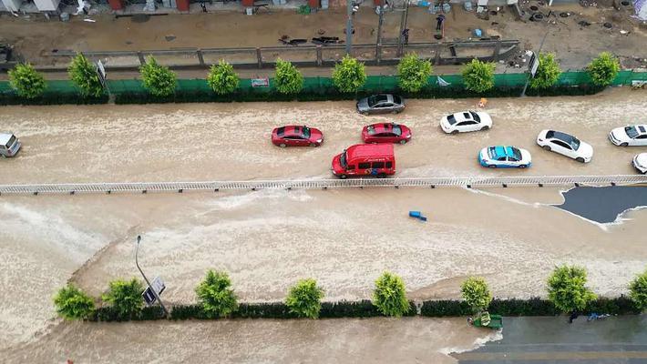 兰州强降水内涝严重 车辆漂浮