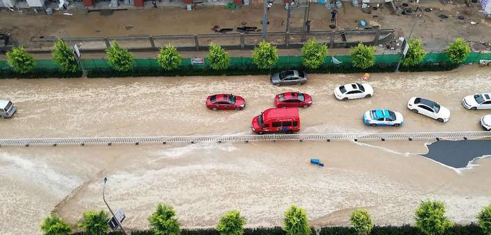 兰州强降水内涝严重 车如水中行舟