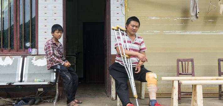 爸爸受伤儿子打算辍学去赚钱