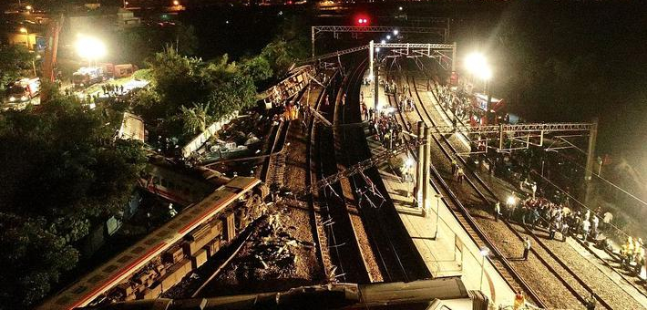 台湾一列车脱轨 致百余人死伤