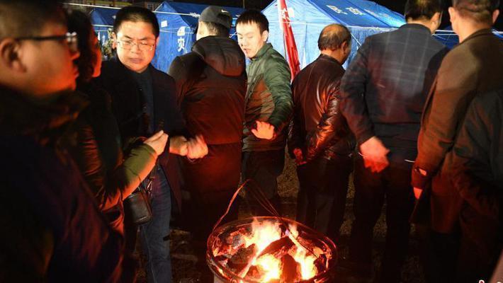 四川兴文震区民众烤火取暖