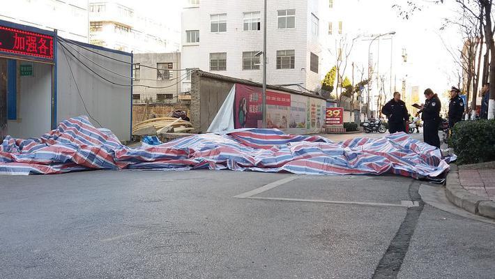 昆明一工地围墙倒塌致2人遇难