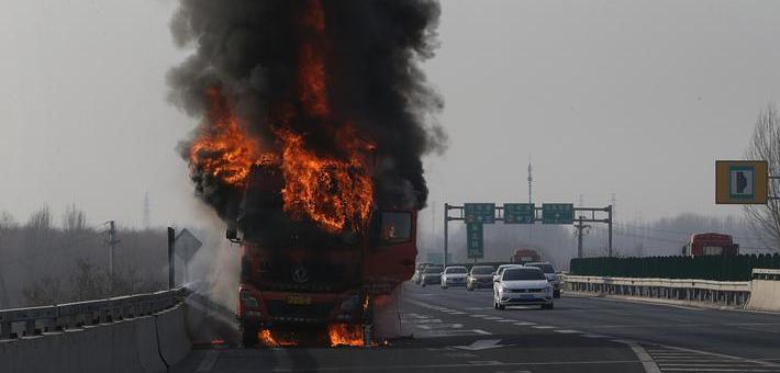 厢式货车自燃 10吨水饺被烤糊