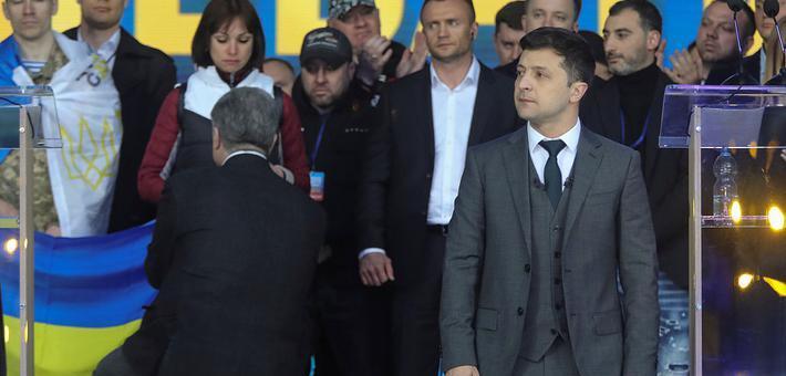 乌克兰大选 候选人和现总统齐下跪