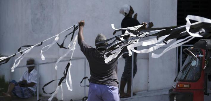 斯里兰卡:市民挂飘带寄哀思