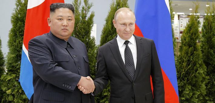 普京与金正恩首次会晤 微笑握手