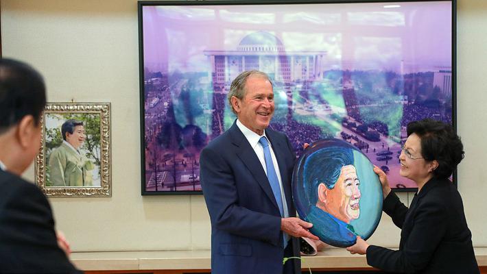 小布什赠亲手描绘卢武铉肖像