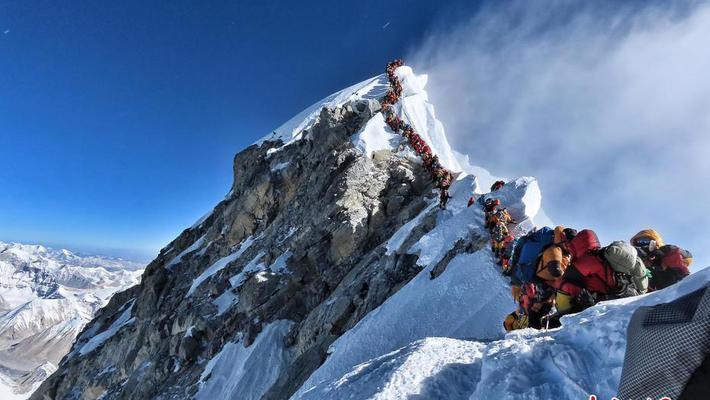 登山者登珠峰致拥堵 百人排队