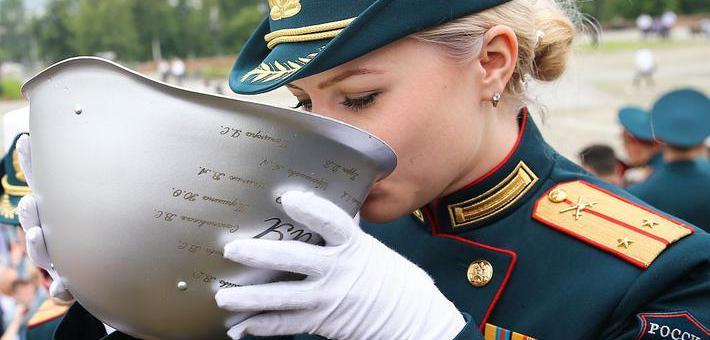 俄一军校毕业学员头盔盛酒豪饮