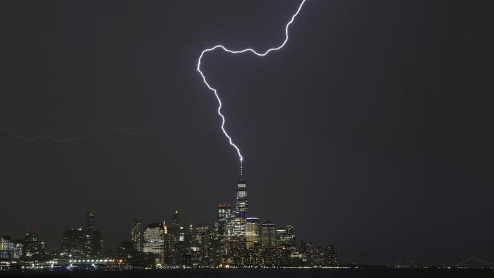 纽约雷暴天 闪电击中世贸中心
