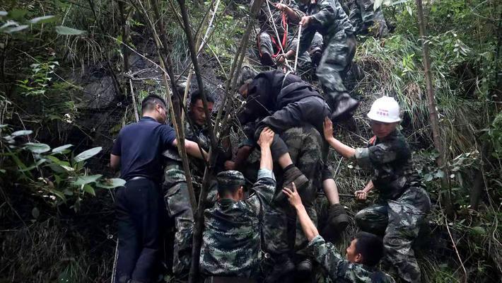 汶川武警用绳索转移被困人员