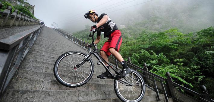大神20分钟骑自行车跃上999级天梯