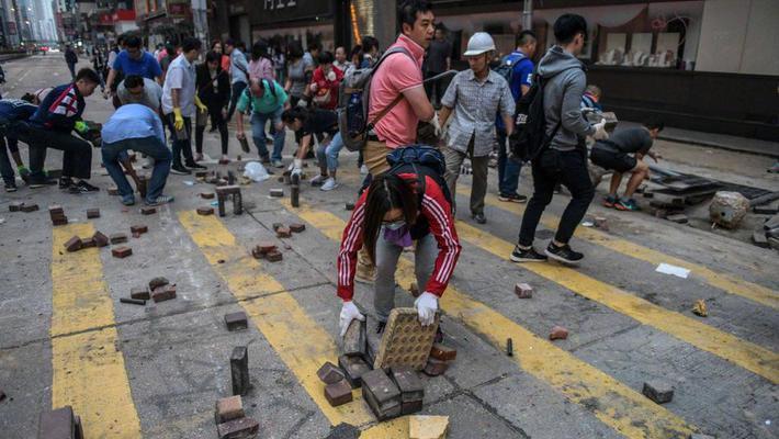 清晨,香港市民自发清理路障