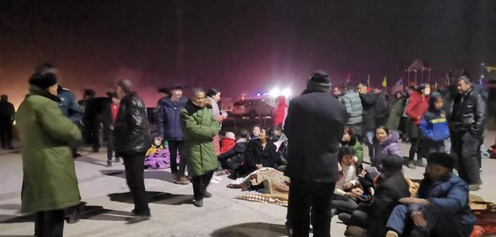 新疆喀什遭6.4级地震 村民户外避灾