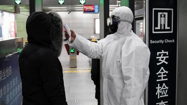 北京地铁对旅客进行体温测试