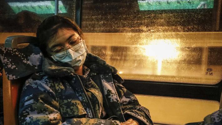 一线战士靠着椅背睡着了