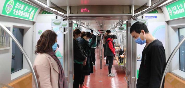 北京地铁停车鸣笛 乘客默哀