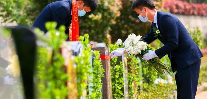 武汉举行清明集体代祭扫仪式