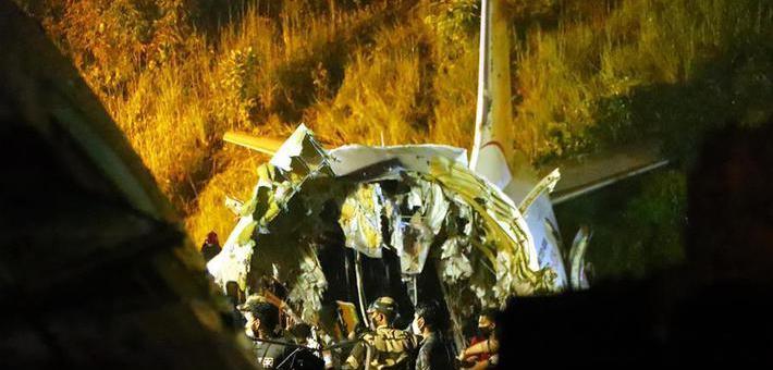 印度客机冲出跑道 机身断成两截