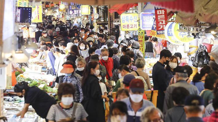 中秋将至 韩国市场挤满顾客