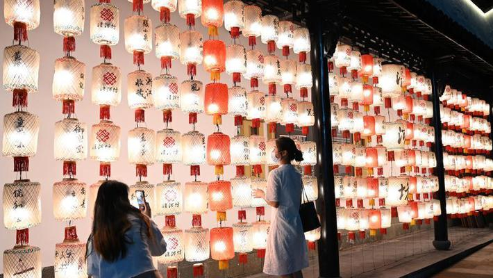 杭州街头挂起灯笼迎中秋、国庆假期