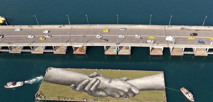 艺术家在土耳其绘制巨幅露天画作