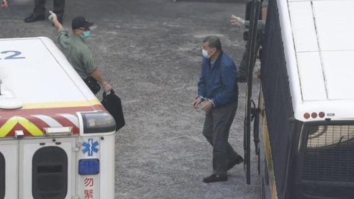 黎智英戴手铐抵荔枝角收押所