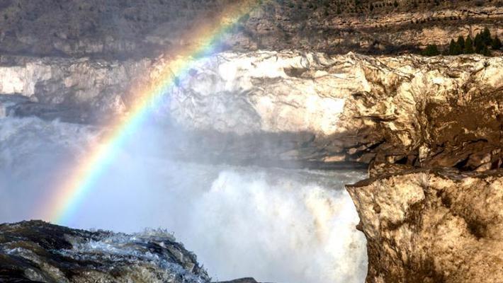 壶口瀑布巨冰伴彩虹蔚为壮观