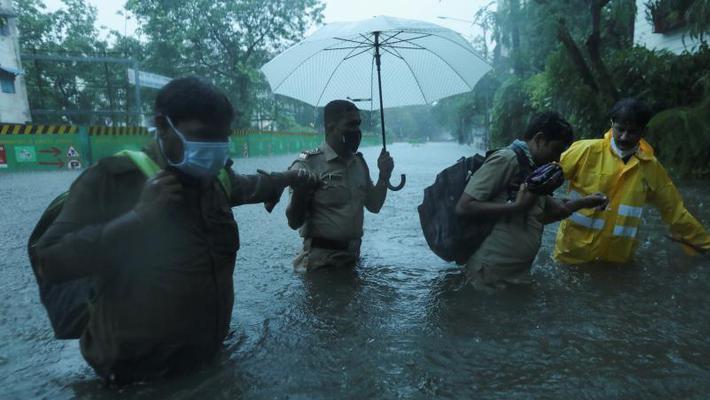"""热带气旋袭印度 孟买街道变""""河道"""""""